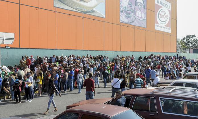 COLAS PARA COMPRAR COMIDA EN BARQUISIMETO 22/01/16 FOTO RAFAEL HENRIQUEZ