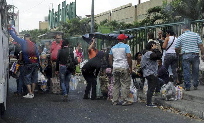 colas en mercado bicentenario. 16-02-2016 foto: stiven valecillos