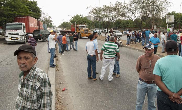 PROTESTA DE CAMIONEROS POR CAUCHOS FOTO: KAREN PARADAS 03-02-2016