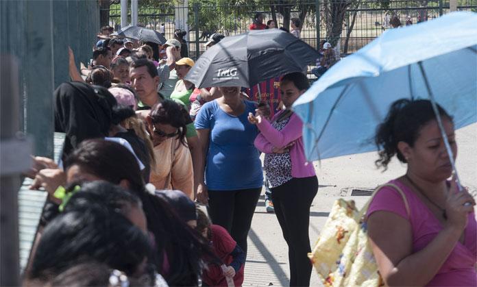 EN LOS DIAS DE ASUETO DE CARNAVAL PERSISTEN LAS COLAS EN BUSQUEDA DE ALIMENTOS. 09/02/2016. FOTO IVAN PIÑA