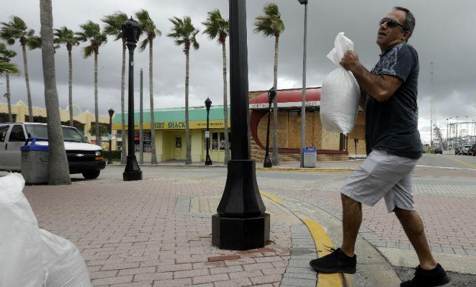 Florida cierra escuelas y ordenan evacuaciones por Matthew