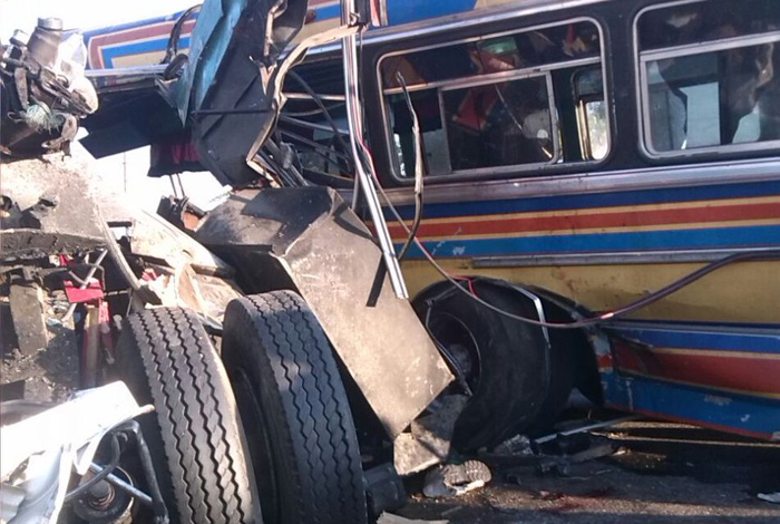 Choque entre autobús y camión pesado deja varios muertos