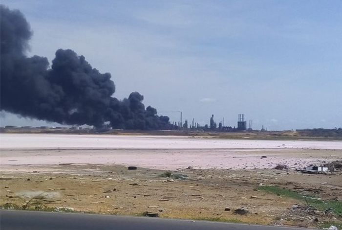 Se incendia Amuay, la mayor refinería venezolana