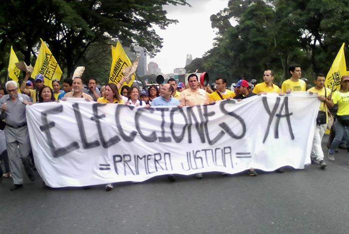 Protestan en la autopista Francisco Fajardo para exigir elecciones