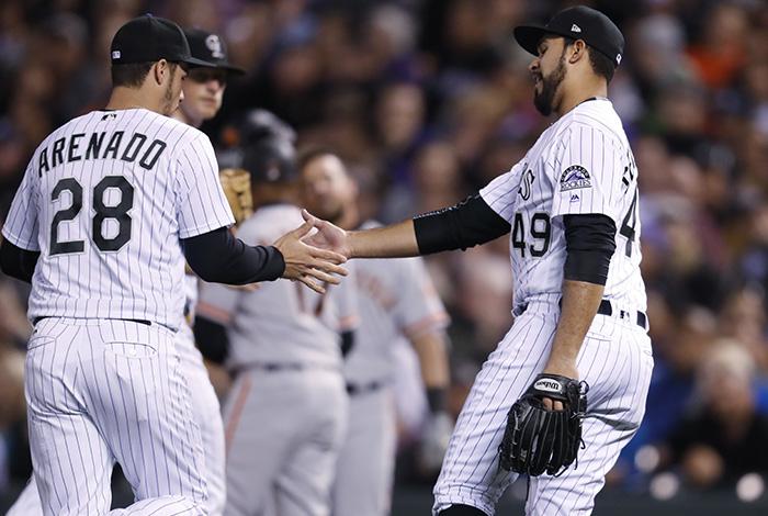 Senzatela y Rockies ganan 12-3 a Gigantes en la MLB