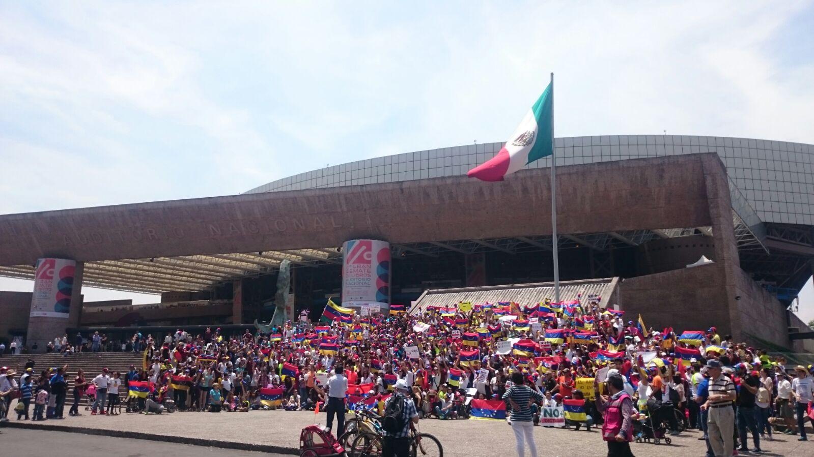 Fotos videos venezolanos protestaron en el exterior for Venezolanos en el exterior
