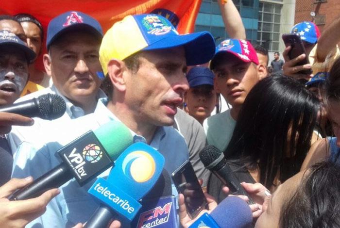 Oposición y chavismo se miden en megamarchas bajo alta tensión en Venezuela