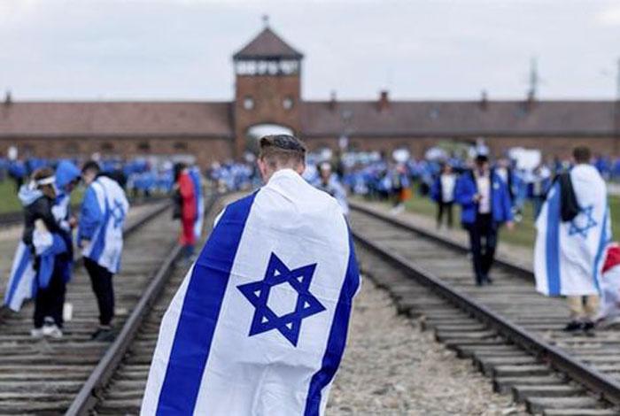 Trump dice que quienes niegan el Holocausto son