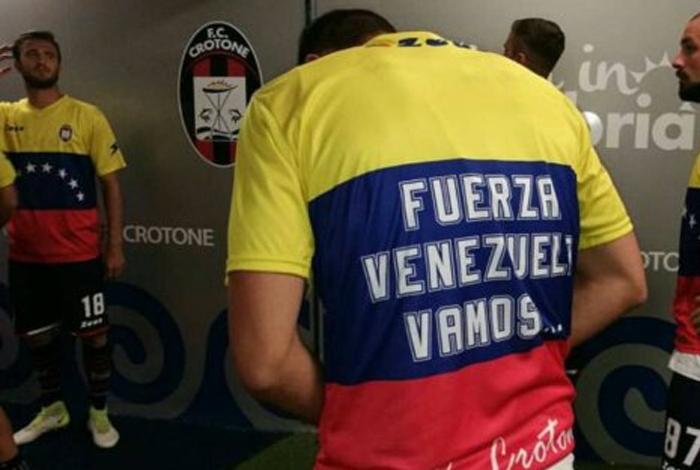 Crotone apoya a Venezuela y se queda en Primera