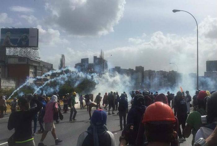 Resultado de imagen para Reprimen a estudiantes que marchaban hacia el ministerio de Interior y Justicia #30May