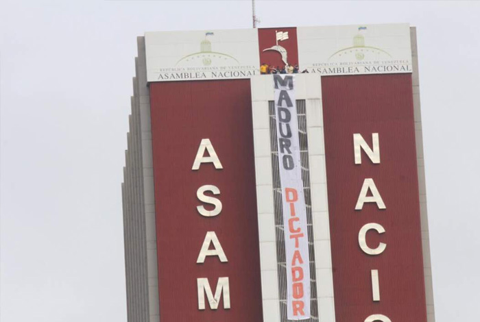 Diputados colocaron pancarta contra Maduro en el edificio Los Pajaritos