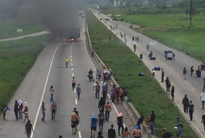 Miles de mujeres vestidas de blanco protestan contra represión en Venezuela