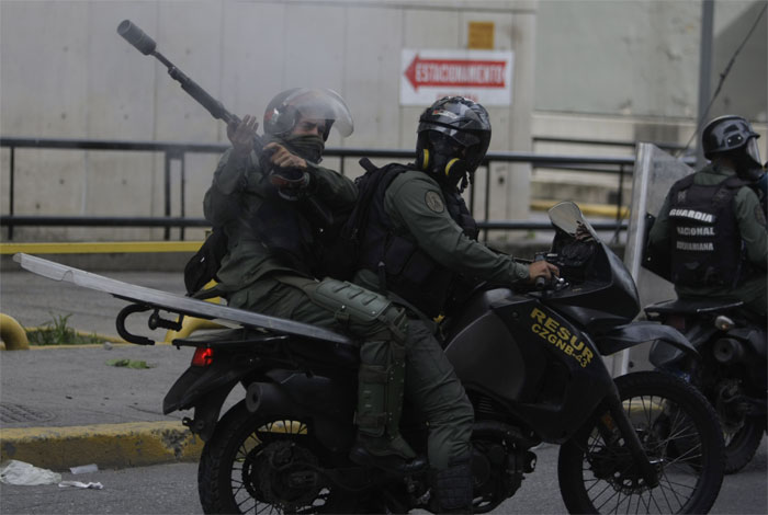 Opositores cierran algunas vías de Caracas y del interior durante