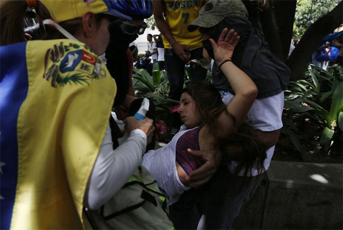 Más de 60 heridos en jornada de protestas en Caracas