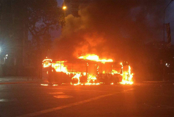 Alcaldes de Caracas denuncian que grupos armados quemaron autobuses de transporte