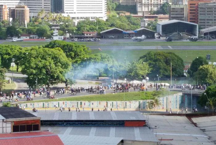 Manifestantes comienzan a concentrarse frente a La Carlota #24Jun