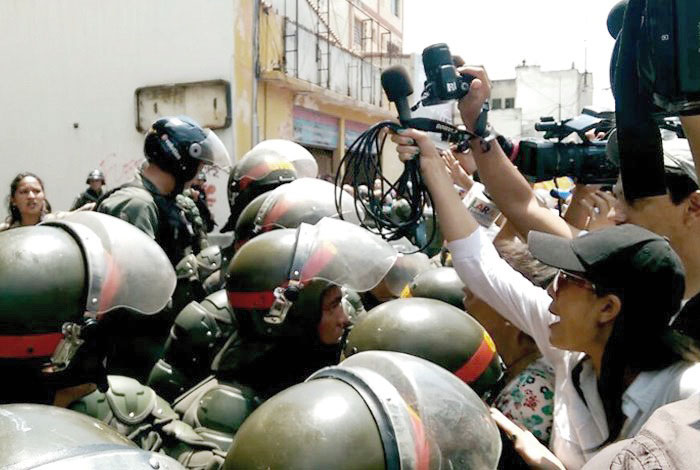 Comisión de periodistas entró a Conatel para entregar documento