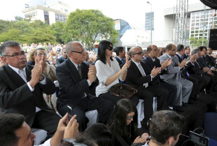 Ciudadanos venezolanos que solicitaron asilo abandonan residencia del embajador en Caracas