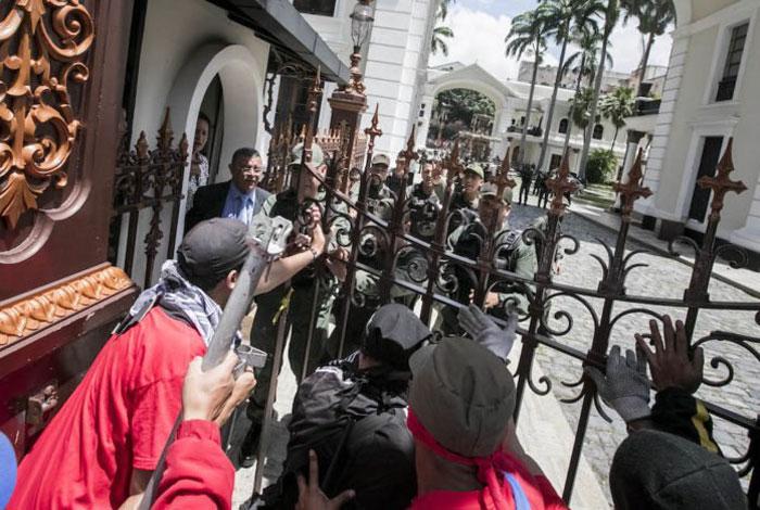 VENEZUELA: Simpatizantes del oficialismo tomaron el Palacio Legislativo este miércoles