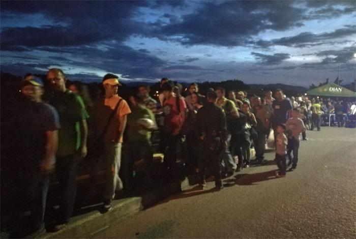 Venezolanos que salen a Colombia compran comida y regresan