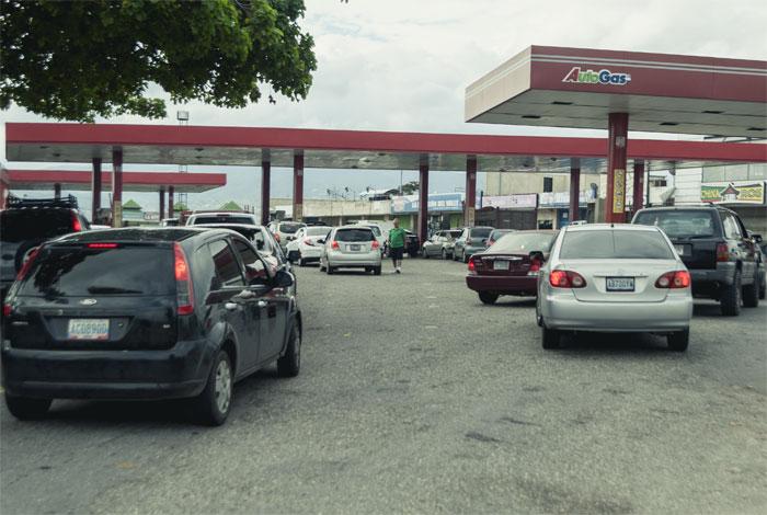 Racionan la venta de combustible por la fuerte escasez