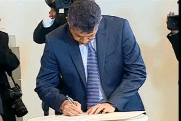 Maduro firmó un acuerdo con los otros candidatos
