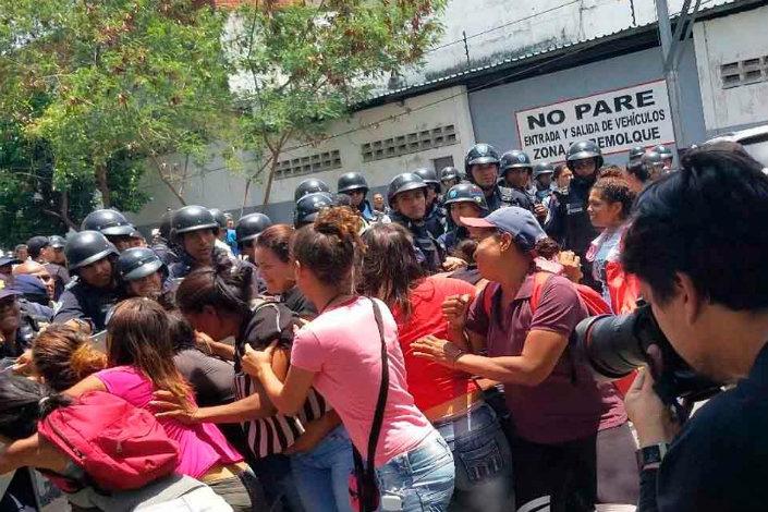 Venezuela: los duros momentos que vivieron familiares de reclusos tras motín