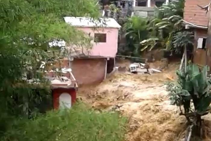 Los daños que causó la ruptura de una tubería en La Guairita
