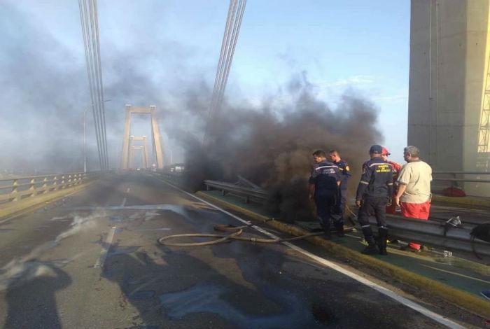 Explosión de cableado eléctrico afecta puente sobre el Lago de Maracaibo