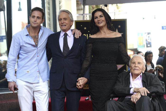 Michael Douglas recibe su estrella en el Paseo de la Fama de Hollywood, junto a su centenario padre
