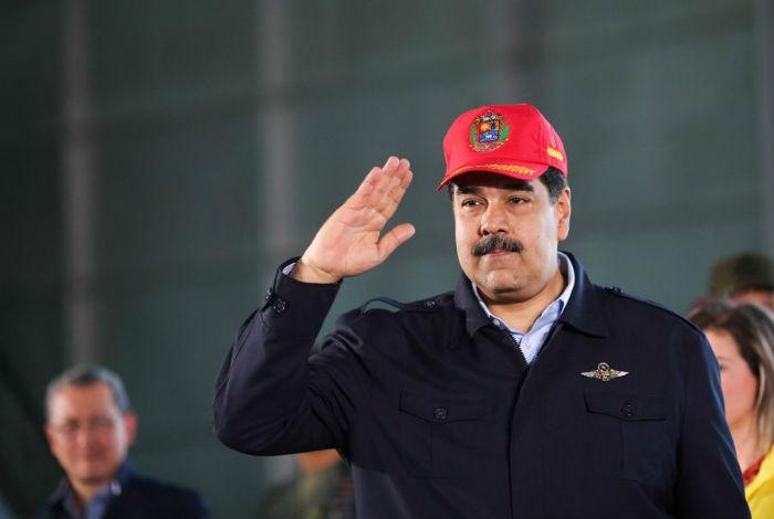 Maduro se compromete a solucionar problemas de la fuerza aérea del país