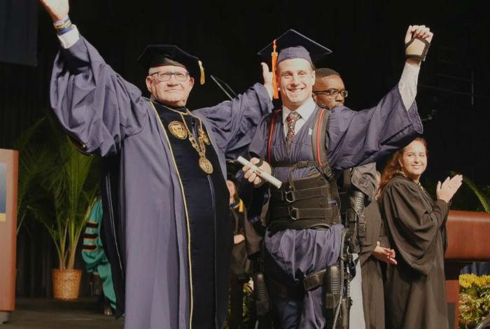 Venezolano tetrapléjico pudo caminar en su graduación en Miami