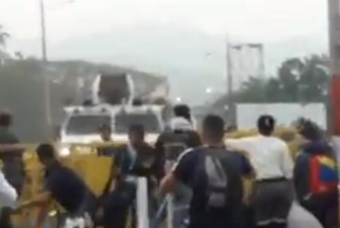[VIDEO] Tanquetas rompen barreras en puente fronterizo entre Venezuela y Colombia