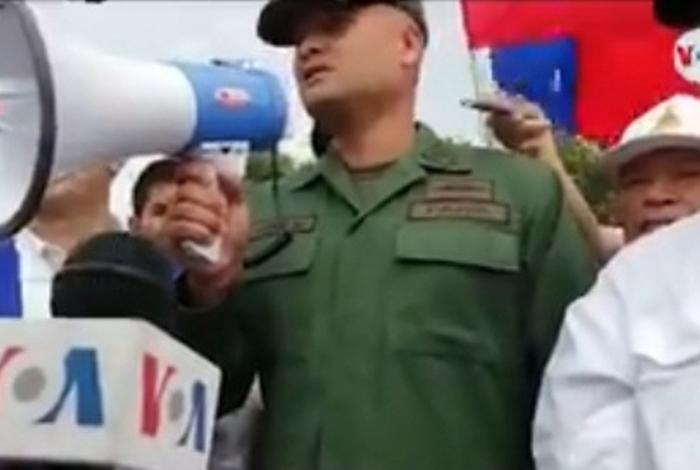 Mayor del ejército venezolano reconoce a Guaidó como presidente