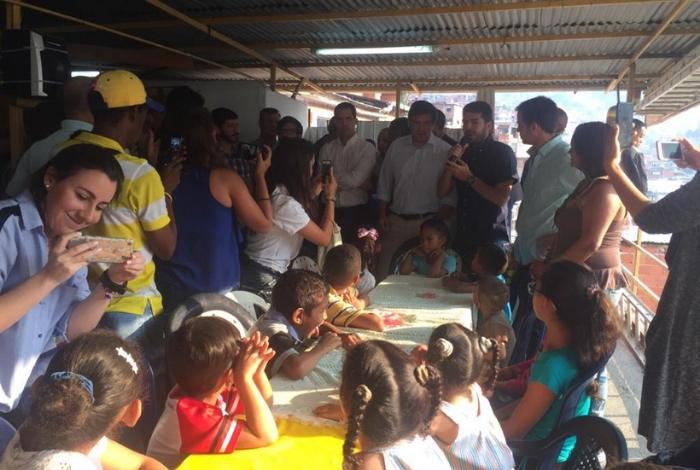 Juan Guaidó distribuye ayuda humanitaria en peligroso barrio de Caracas [FOTOS]