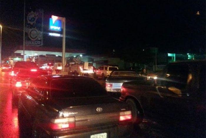Expuestos a la inseguridad, madrugan en zona norte de Barquisimeto para equipar gasolina #24May