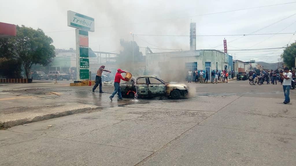 #Galería Así quedó el vehículo incendiado dentro de una estación de servicio en Barquisimeto #24May