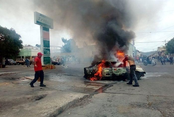 #VIDEO Vehículo se incendió dentro de una estación de servicio en Barquisimeto #24May