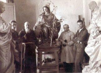 El imaginero Sebastián Santos Rojas con el padre capuchino Juan Bautista Ardales