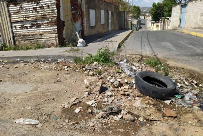 n riachuelo de heces fecales corre sin control por la avenida principal con calle 9 de la comunidad de Barrio Unión, al noreste de Barquisimeto. Habitantes del sector aseguraron a Elimpulso.com que debido al colapso de tubería, en la zona se genera la contaminación de ríos putrefactos.