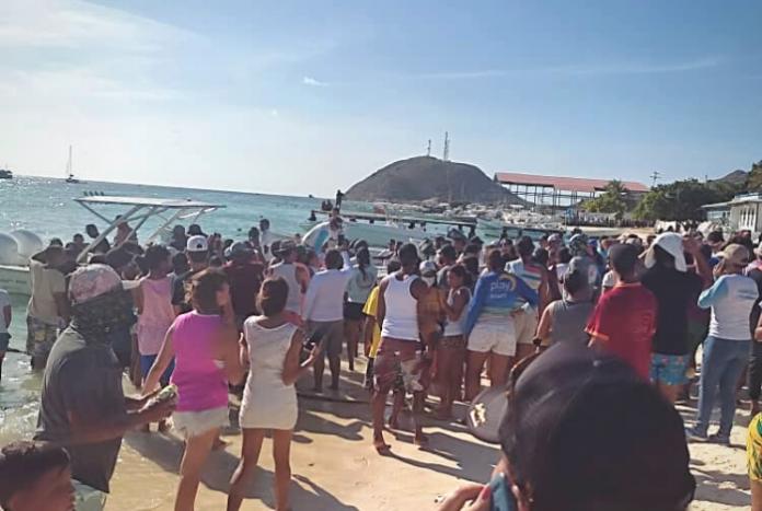 """▷ #VIDEO Rescatan a 21 náufragos de embarcación """"Don Rafa Junior"""" que había  zarpado a Los Roques #21Sep - El Impulso"""